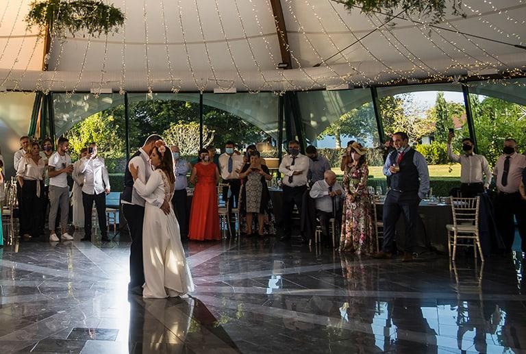 La boda de Sara & Pablo con Montesqueiro Catering en Pazo Libunca: ¡EL AMOR EN TIEMPOS DE COVID!